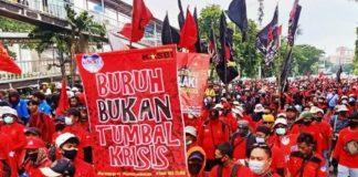 Nampak Kongres Aliansi Serikat Buruh Indonesia (KASBI) membawa pataka saat melakukan demonstrasi. (Pikiran-Rakyat)