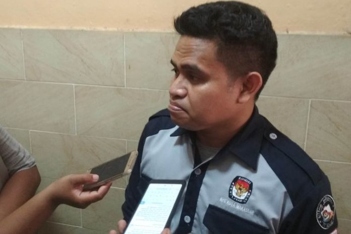 Ketua KPU Kota Makassar Farid Wajdi saat diwawancara di kantor Bawaslu Makassar, Rabu (24/4/2019).