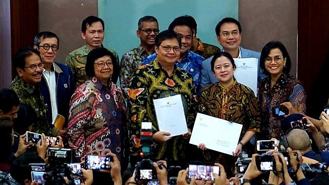 Menko Perekonomian Airlangga Hartarto menyerahkan surat presiden (surpres) dan draf RUU Cipta Kerja (Cika) kepada pimpinan DPR RI Puan Maharani. (Foto: Helmi Afandi Abdullah/kumparan)