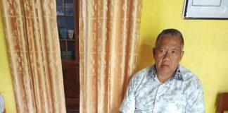 Syahrul Bayan, Kepala Dinas Infokom Statistik dan Persandian Bantaeng, bersujud mencium kaki ayahnya, pamit menuju tempat tugasnya yang baru di Jakarta, Ahad (31/1/2021).