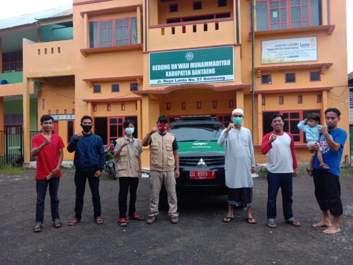 Ketua LazisMu Bantaeng, H Irwan Setiawan, melepas delegasi LazisMu untuk korban gempa Mamuju, Ahad (31/1/2021).