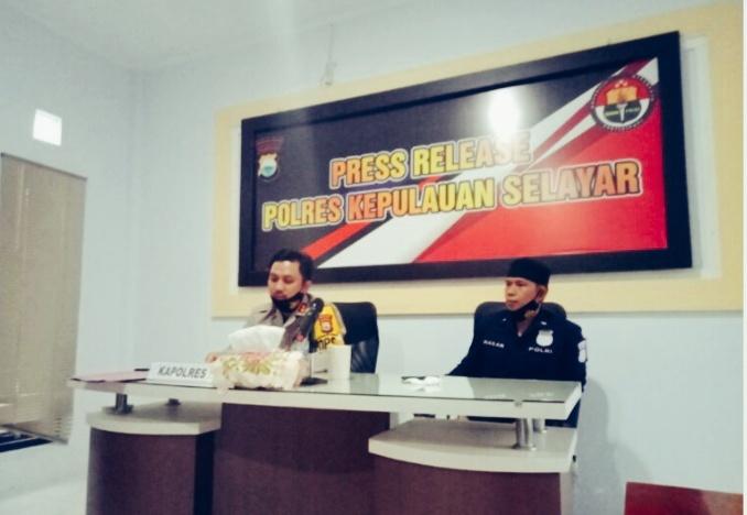 Polres Selayar menggelar konferensi pers soal jual-beli Pulau Lantigiang.