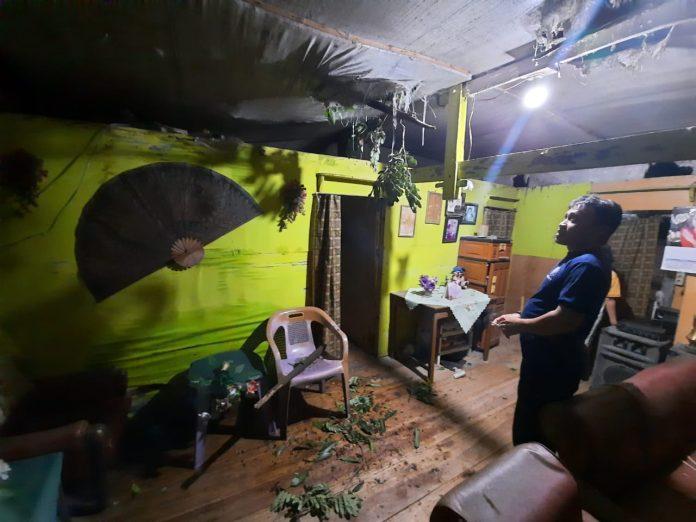 Hamsinah Hamdjah memandangi atap rumahnya yang rusak akibat tertimpa pohon, Rabu (3/2/2021)