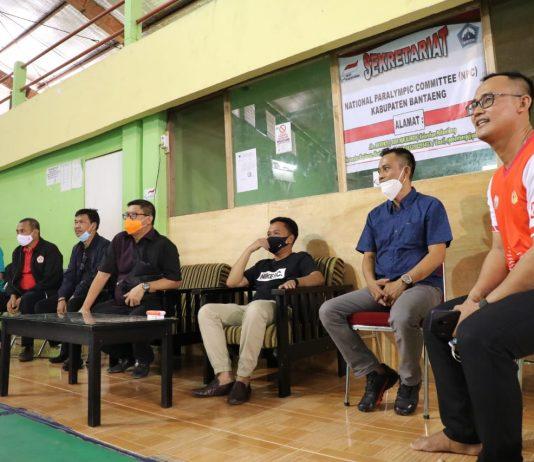 Bupati Bantaeng, H. Ilham Azikin, Ketua IPSI Sulsel Prof. Hasnawi Haris, Ketua KONI Bantaeng Lukman Harun, memantau latihan atlet pencak silat di GOR Baruga Mallilingi Bantaeng, Ahad (14/2/2021).