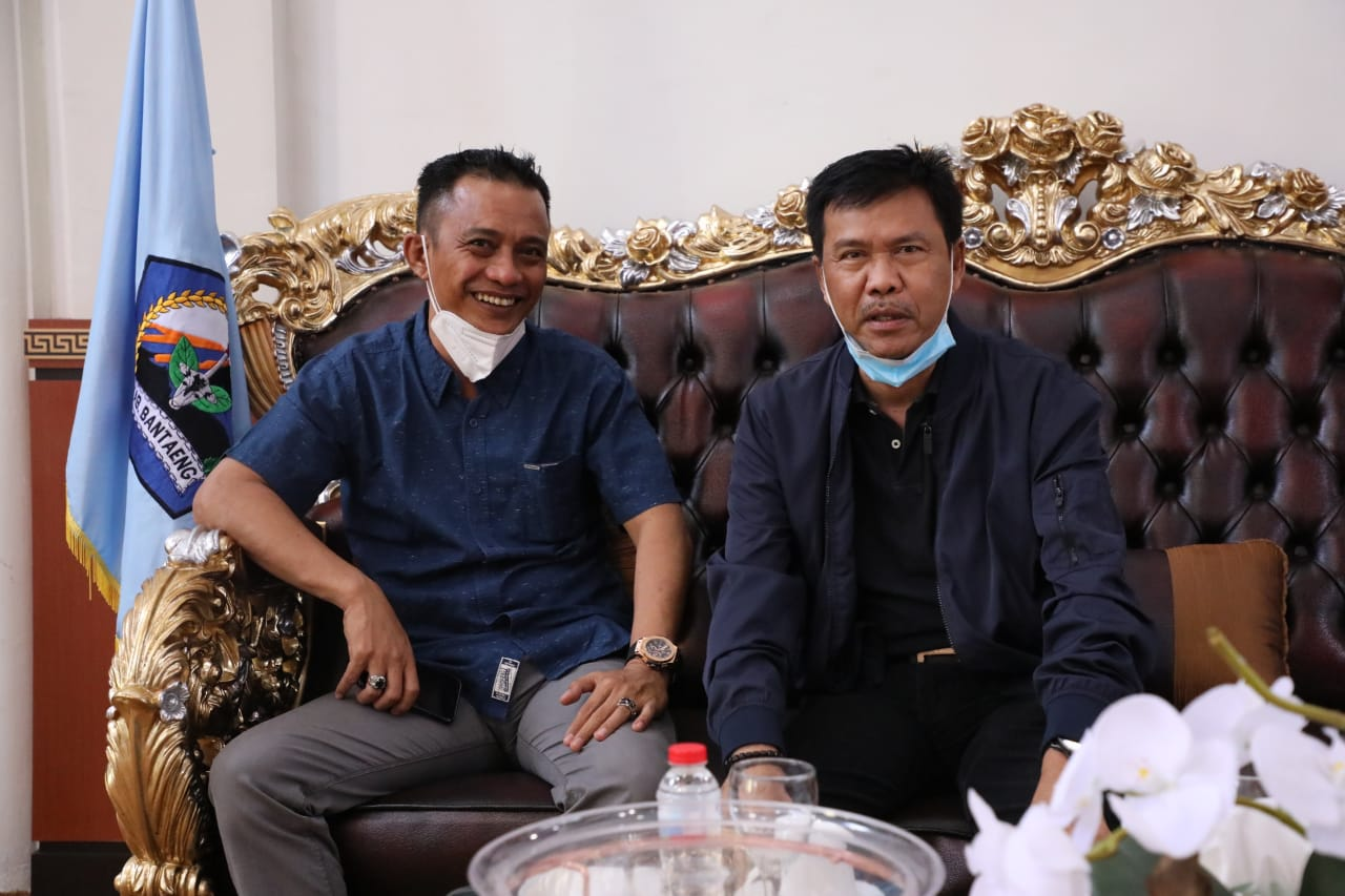 Ketua KONI Bantaeng berfose dengan Ketua IPSI Sulsel di rujab Bupati Bantaeng sebelum memantau latihan atlet pencak silat