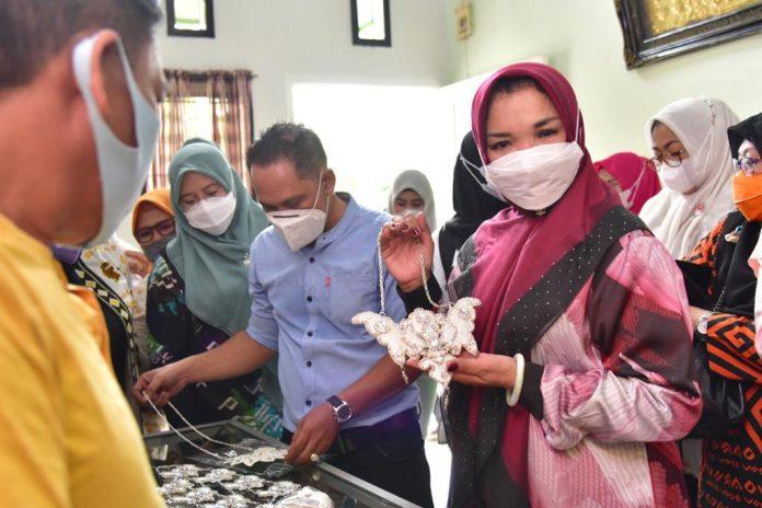 Ketua Dekranasda Sulsel, Lies F Nurdin, memperlihatkan hasil kerajinan logam di Kelurahan Borong, Kecamatan Manggala.