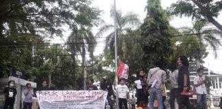Unjuk rasa GMNI di depan kantor Bupati Bantaeng, Kamis, 18 Februari 2021.