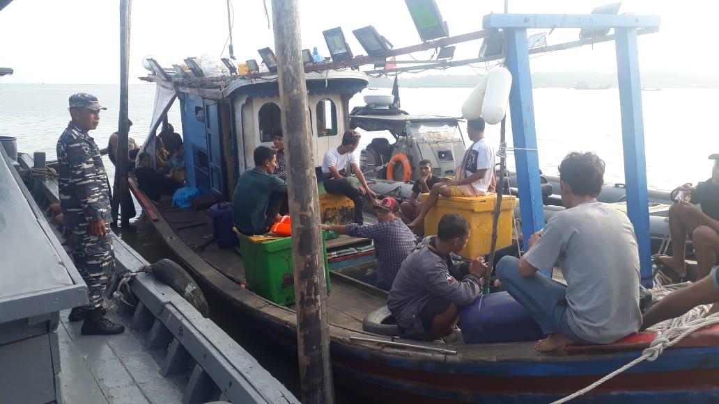 Tim Fleet One Quick Response (F1QR) Pangkalan TNI AL Tanjung Balai Asahan, Lantamal I, Koarmada I menggagalkan upaya penyelundupan 28 TKI Ilegal di Perairan Tanjung Kumpul, Sumatera Utara. Minggu (21/02/2021).