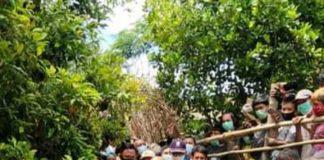Gubernur Sulsel, Prof. DR. Ir. HM. Nurdin Abdullah, M.Agr., dan Bupati Bantaeng, DR. H. Ilham Syah Azikin, disambut tari padduppa di gerbang Strawberry perkebunan rakyat Desa Bonto Tallasa, Kecamatan Uluere, Selasa (2/2/2021).