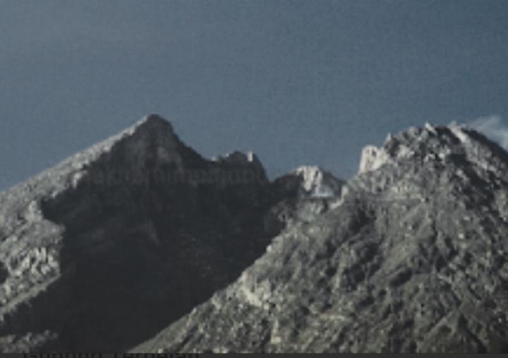 Illustrasi gunung terbelah