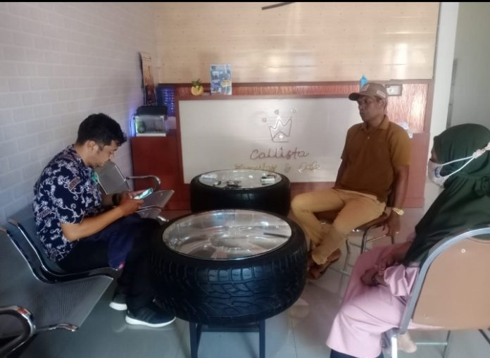 Lurah Karatuang, Ahmad Amiruddin, bersama Subair dan istri Subair, saat memberikan klarifikasi kepada wartawan meleknews.id, Kamis (11/2/2021)