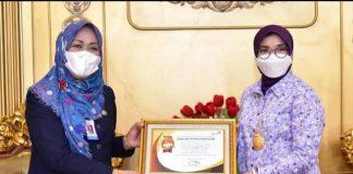 Kepala Perwakilan BKKBN Sulsel, Andi Rita Mariani, menyerahkan piagam penghargaan dari Kepala BKKBN Pusat kepada Ketua Tim Penggerak PKK Provinsi Sulsel, Lies F Nurdin.