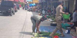 Sejumlah anggota Satpol PP Bantaeng menertibkan PKL yang menggunakan badan jalan di sekitar pasar sentral Bantaeng, Rabu (17/2/2021).