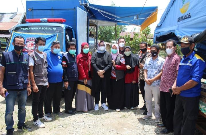 Plt Kadis Sosial Provinsi Sulawesi Selatan bersama rombongan berfose dalam rangkaian kunjungan kerja selama dua hari, Kamis - Jum'at (18-19 Februari 2021).