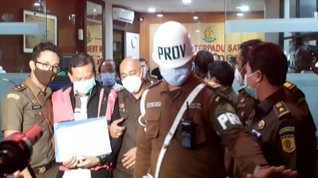 Petugas Kejaksaan Agung saat menggelandang salah satu tersangka kasus PT Asabri usai pemeriksaan di Kejaksaan Agung, Jakarta, Senin (1/2/2021). (Ayu Mumpuni/Alinea)