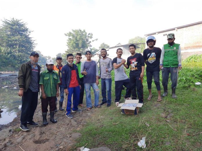 Plt. Camat Bantaeng, Andi Sultan, bersama Lurah dan warga berpose usai membersihkan tumpukan sampah, Selasa (9/3/2021).