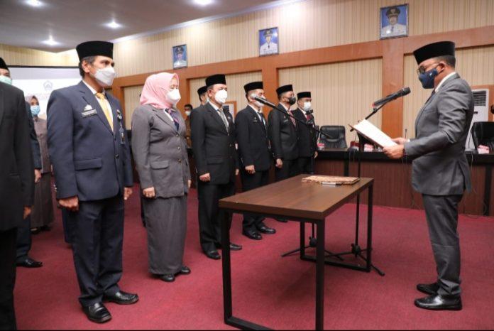 Pengambilan Sumpah dan Pelantikan Pejabat Eselon II/b oleh Bupati Bantaeng, DR. H. Ilham Syah Azikin, di ruang pola kantor Bupati, Senin (15/3/2021).