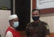 Mantan Kades Borong Loe mengenakan rompi merah setelah ditetapkan sebagai tersangka korupsi