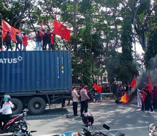 Massa HPMB Raya menuntut Kejaksaan usut tuntas proyek perpipaan Batu Massong, Rabu (7/4/2021).