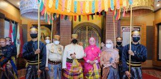 Kapolda Sulsel saat mendapat gelar kehormatan saat menghadiri Hari Jadi Bone ke-691.