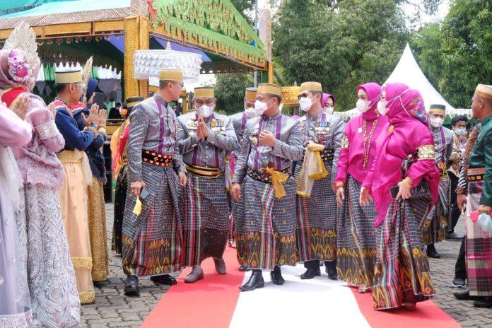 Kapolda Sulsel, Irjen Pol Merdisyam, disambut secara adat ketika menghadiri Hari Jadi Bone ke-691. (Dok. Humas Polres Bantaeng).