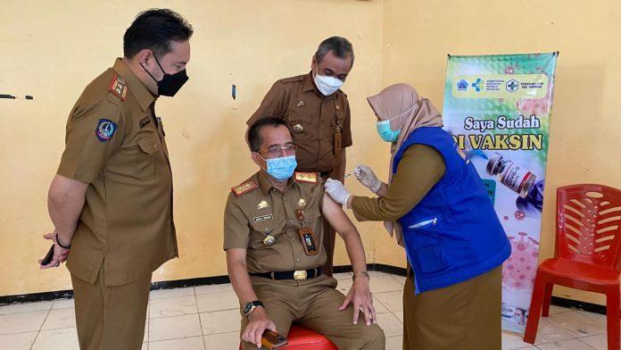 Didampingi Kadis Dikbud dan Kadis Kesehatan, Sekkab Bantaeng, Abdul Wahab, divaksin Covid-19 disela-sela Vaksinasi ribuan guru, Senin (12/4/2021). (Dok. Humas Bantaeng)