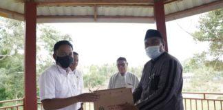 Bupati Bantaeng menyerahkan 300 ekor bibit ayam kampung KUB secara simbolis kepada pengasuh Ponpes Riadus Shalihin, Kamis (8/4/2021).