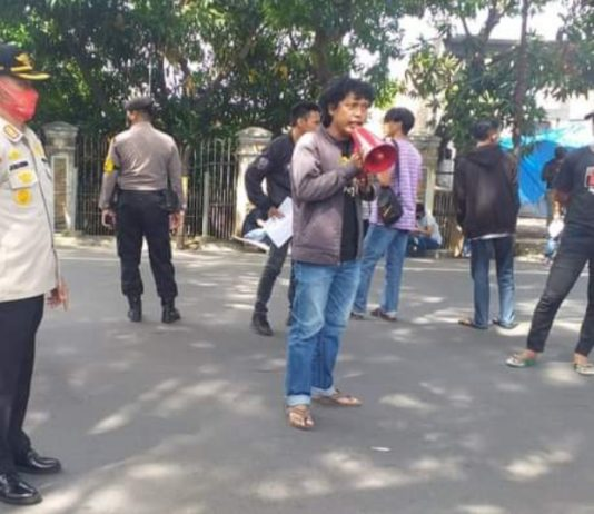 Aksi demo di depan kantor Bupati Bantaeng, Jumat (9/4/2021), menyoal legal opinion.