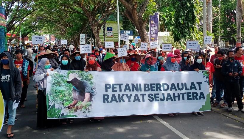 Petani menggelar aksi di depan kantor Bupati Bantaeng, Rabu (7/4/2021).