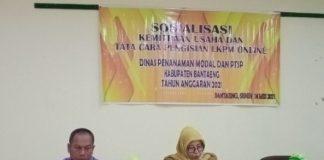 Asisten II Pemkab Bantaeng, Andi Meyriani Latippa, memaparkan Masalah dan Solusi UMKM pada acara Sosialisasi Kemitraan Usaha dan Tatacara Pengisian LKPM Online, Senin (24/5/2021.