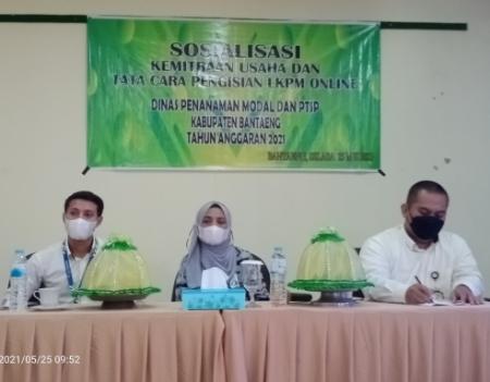 Kepala Bank Sulselbar Cabang Bantaeng didampingi dua Stafnya, memaparkan perkreditan lingkup Bank Sulselbar, Selasa (25/5/2021)