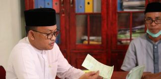 Bupati Bantaeng, DR H Ilham Syah Azikin, saat menyelesaikan pembayaran pajaknya di Kantor Lurah Pallantikang, Jumat (18/6/2021).