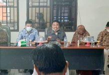Komisioner KPU Kabupaten Bantaeng didampingi Lurah Pallantikang saat menjelaskan lokus program peduli pemilu, Kamis (17/6).